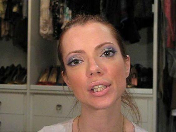 Limpando a pele, tirando a maquiagem por Julia Petit não fazer na frente do namorado para não assusta-lo.  http://juliapetit.com.br/tv-petiscos/manual-de-limpeza/                                                 Cleaning the skin, taking the makeup By Julia Petit not to do in front of boyfriend not to scare him