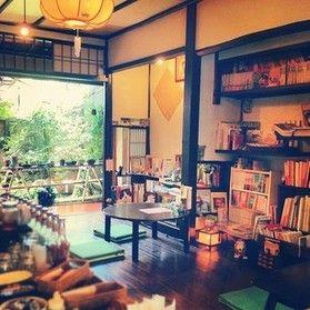 カフェ工船の珈琲、Uf-fuの紅茶、手作りスイーツ、焼き菓子、自家製パンをお楽しみ頂けます。  本棚には絵本、猫本、乙女本など2000冊以上の本。 庭には、花やグリーンや多肉植物、苔盆栽など、木の温もり緑の香り。 静かに時が流れる隠れ家的ブック・カフェ 展示やイベントなども時折開催しております。 ほっこり寛いで頂ければ幸いです。