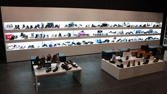250 modèles de chaussures à découvrir dont les modèles Adidas Originals, Schmoove, Redskins, Gola, Victoria, Nike, Timberland, Base London