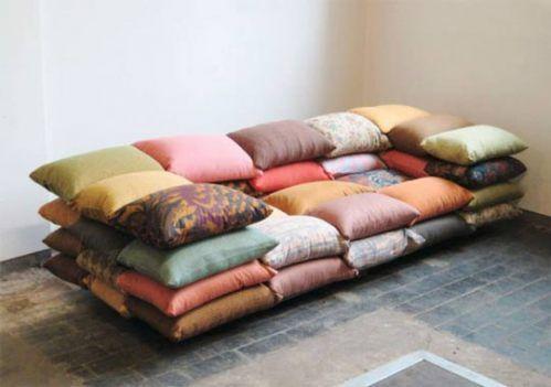 Sofá feito de almofadas
