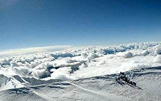 Grupo de franceses sobe quase 5 mil metros de altura para cantar