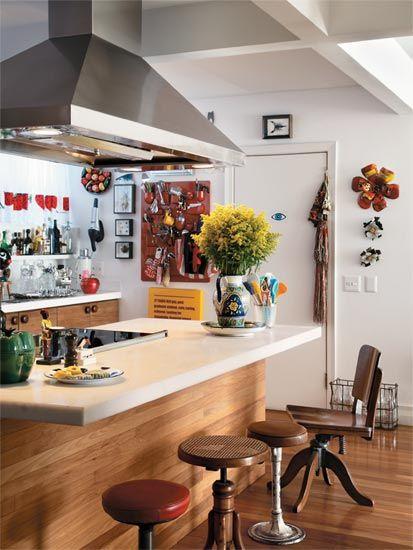 """Ótima anfitriã, Isabela queria que o apartamento tivesse espaço de sobra para receber e uma cozinha integrada à sala. """"Cozinhar é um prazer que gosto de partilhar com os amigos"""", diz a estilista, que transmitiu à filha, Francisca, o espírito festeiro. O suporte de parede vermelho tem desenho de Dorothee Maurer-Becker e organiza os utensílios. Projeto dos arquitetos Beto Figueiredo e Luis Eduardo Almeida."""