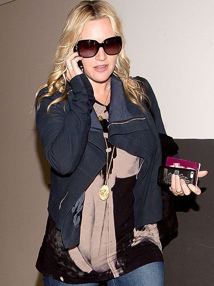 Kate Winslet, in oversized square butterfly sunnies, walked and talked as she made her way through LAX. She's a woman on a mission!