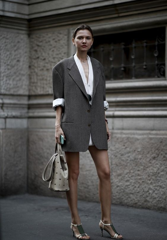Blazer oversized é a peça hit do street style da temporada (Foto: Imaxtree)