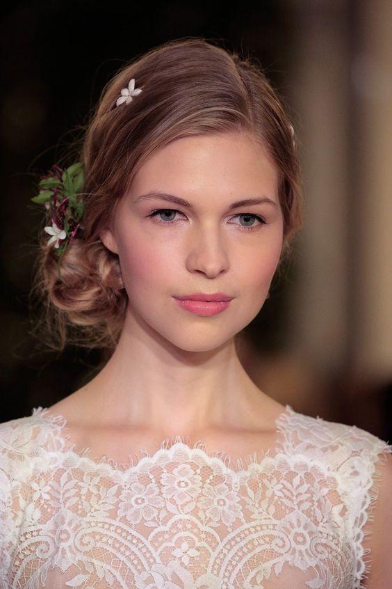 Pin for Later: 15 traumhafte Makeup- und Frisur-Ideen für eure Hochzeit Carolina Herrera Bridal Frühjahr/Sommer 2016 Auch weiße Blumenclips zierten die Haare, welche locker an der Seite zusammengebunden waren.