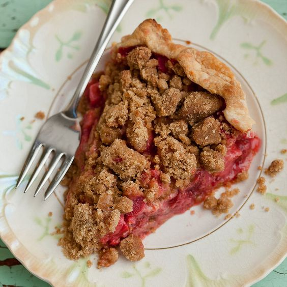 Isa's Strawberry Rhubarb crumb pie (vegan)