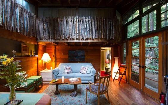 Uma casa na floresta ao estilo de Chapeuzinho Vermelho em Carmel, na Califórnia (EUA). Foto: Divulgação/Airbnb
