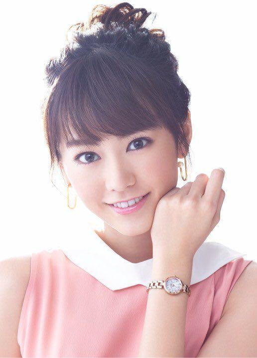 腕時計をつけた桐谷美玲