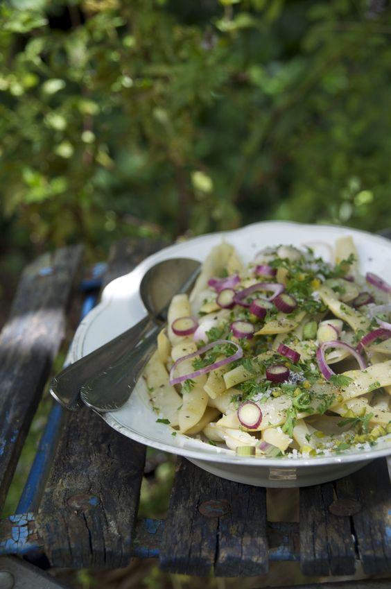 Wachsbohnensalat mit Pistazien und frischen Kräutern. Summer Green Yellow Beans salad