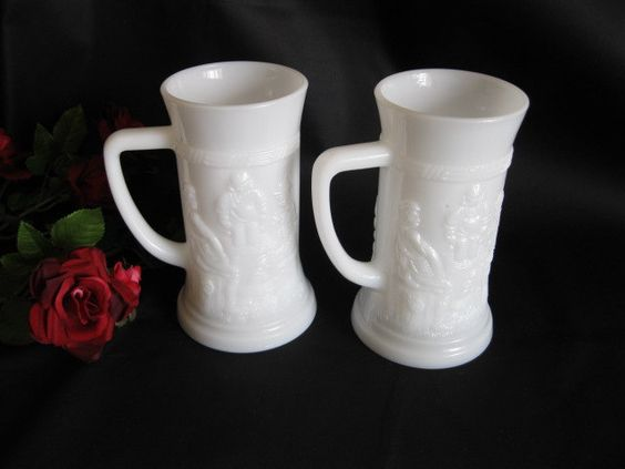 Chopes à bière   Milk Glass de la boutique Roselynn55 sur Etsy