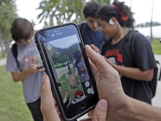 """El museo indica que es """"irrespetuoso a muchos niveles"""" jugar durante su visita; es un nuevo juego de realidad aumentada que emplea tecnología GPS"""