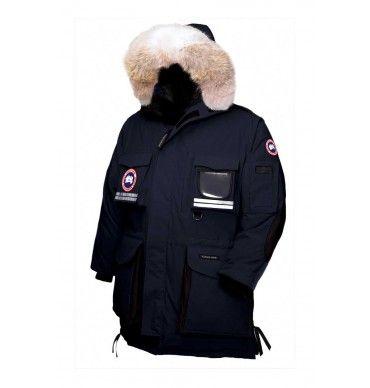 Le Mantra de Canada Goose est le manteau normalement utilisé par les travailleurs sur plate-formes pétrolières, où le froid et les vents sont extrêmement intenses. Même avec des températures allant jusqu'à -60C, le manteau assure une protection contre les intempéries.  Le Mantra est l'un des manteaux les plus robustes de la marque Canada Goose. Grâce à sa coupe longue, son capuchon tempête à double ajustement, sa doublure supplémentaire de nylon étanche bourrée de duvet pour une couche de…