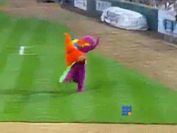 Les mascottes pendant les matchs de baseball sont prêtes à faire n'importe quoi ... http://twit.lu/kr