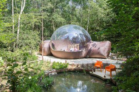 Voor een potje superromantisch kamperen met je 100% hunk of hunkin moet je in de Belgische Ardennen zijn. Want daar kun je 'glamperen' in een luchtbel (glamping = kamperen met een vleugje glamour en luxe).