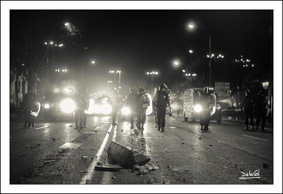 081/365 - Solos ante el peligro. 22M Marchas de la Dignidad. Madrid. DelaCal. www.fotobodadelacal.es