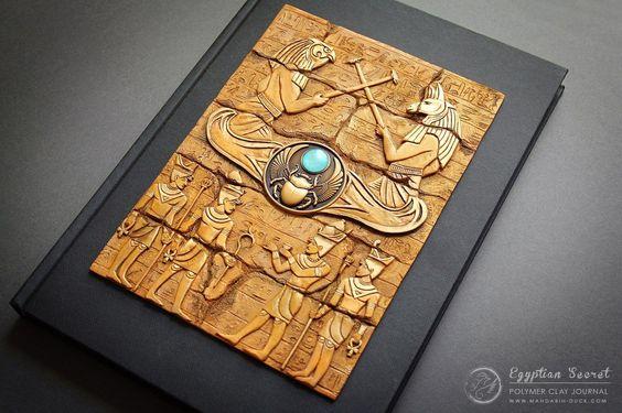 Mandarin Duck, faz capas de livros moldadas em argila com riquíssimos detalhes, tridimensionais e com características únicas.
