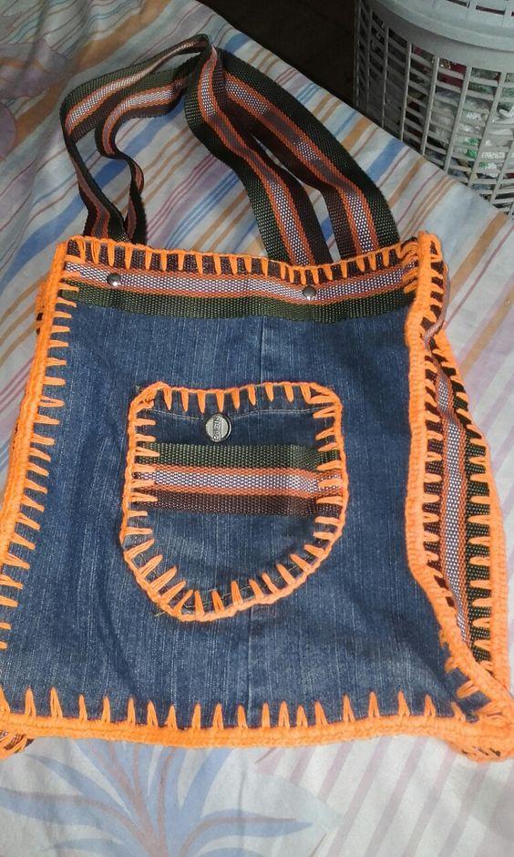 Bolsa de crochê e jeans