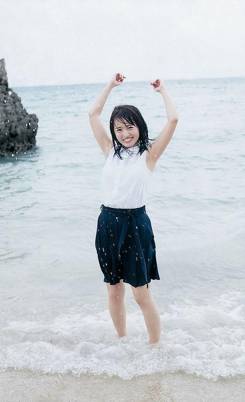 海に足をつける逢田梨香子