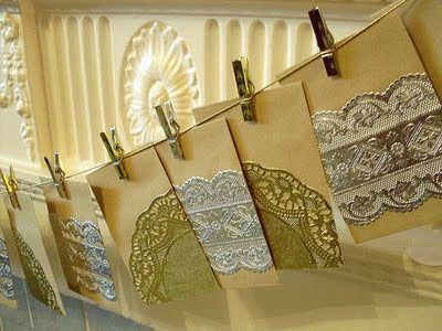 Elegante y vintage a la vez, un calendario de adviento de sobres adornadas con blondas brillantes / Elegant and vintage at the same time, an advent calender of envelopes decorated with metallic doilies