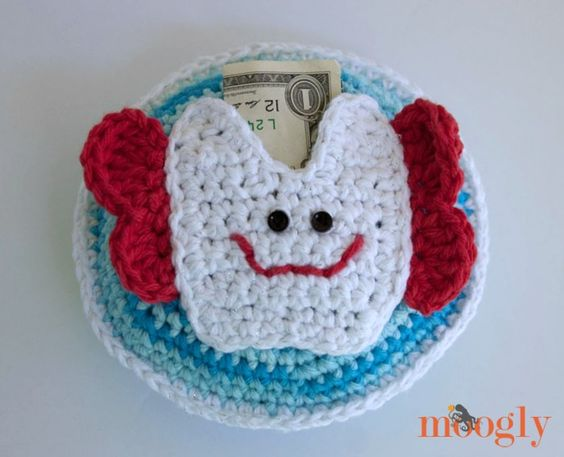 FREE Pattern - Tooth Fairy's Tooth Pillow - #crochet pattern on Mooglyblog.com! Perfect for girls and boys - complete with pocket!