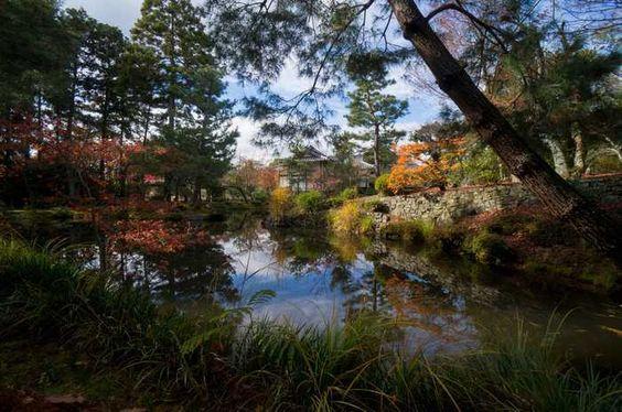 Toji-in, En 1341 , el emperador Takauji eligió esta ubicación , a los pies del Monte Kinugasa , para erigir un templo. Fue el cumplimiento de la promesa hecha en el estudio de la filosofía Zen con el Maestro Muso Soseki . Soseki también planeó los jardines, el lago y la casa de té .  Palacio Imperial de Tokio - Jardines de Ninomaru