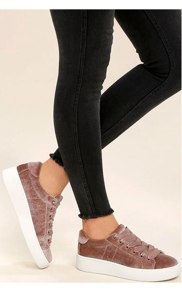 Zapatillas de terciopelo, tipo sneakers.
