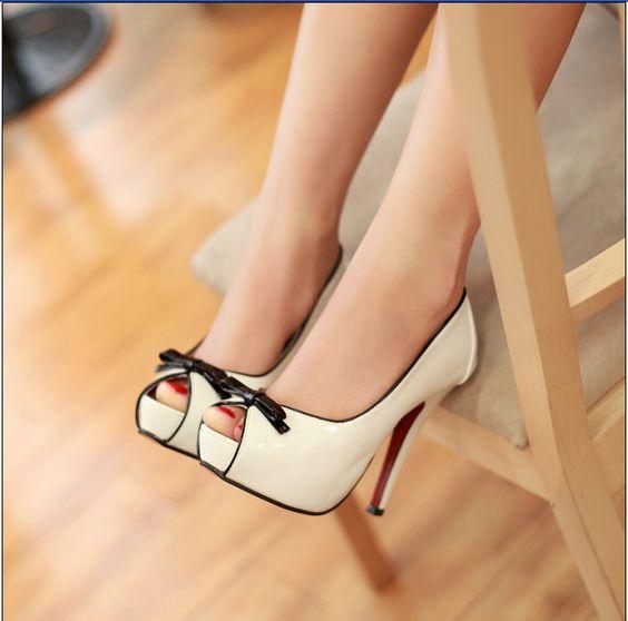 zapatos de tacón estilo coreano de color blanco, sencillos y elegantes, imprescindibles como fondo de armario. Precio: $ 170.000