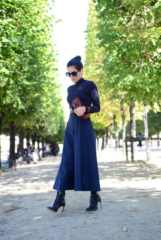 Alexandra Evangelista - calça pantacourt azul com bota preta