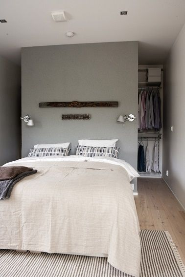 Une chambre grise au parquet bois clair à la déco zen réussie