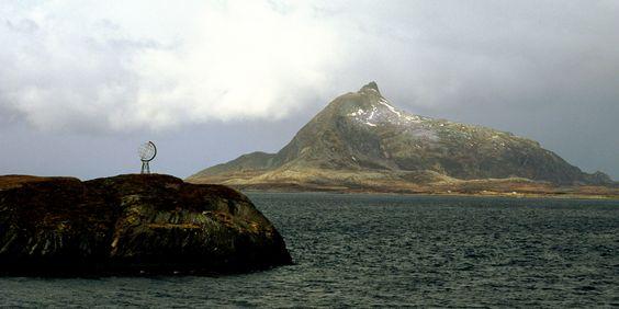 Cerca de Bronnoysund podemos encontrar la isla Vikingen con su característica señalización del Circulo Polar Ártico.