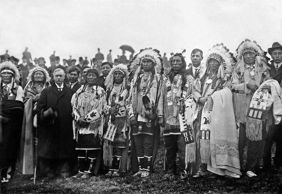 Chefes índios com Rodman Wanamaker, magnata de grandes lojas, cerimónia de inauguração do Memorial Nacional dos índios da América nunca concluído, Fort Wadsworth, New York 1910