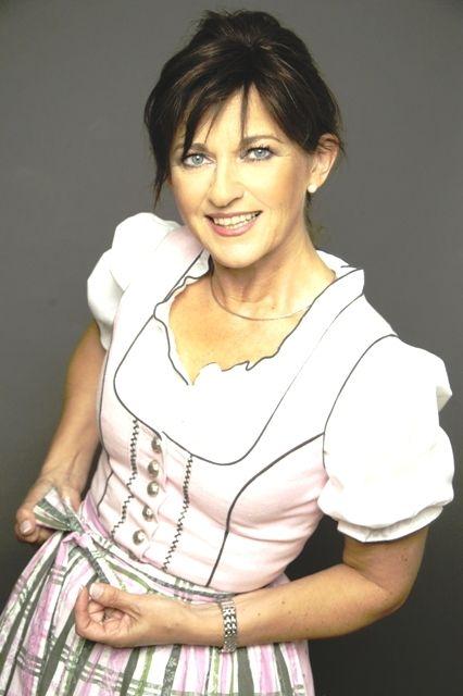 Rosa Dirndl mit karierter Schürze - www.image50plus.de