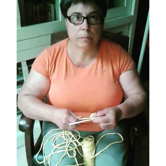 Avec le fil soit: autour du cou soit passant dans une pince ou épingle acroché au niveau de l' épaule Si cette façon de tenir le fil est délaissée, voir oubliée, dans le travail au crochet, Elle continue à être presque exclusivement utilisé dans le tricot......