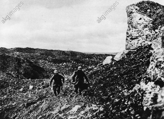 WW1, Battle of Verdun, 1916; French messengers bringing news to Fort Vaux. ––AKG Images ( AKG 95397)