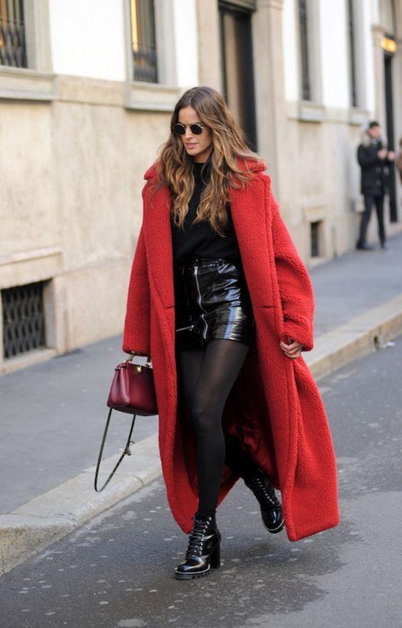 cappotto rosso di lana oversize abbinato a minigonna in latex e stivaletti biker con tacco a blocco