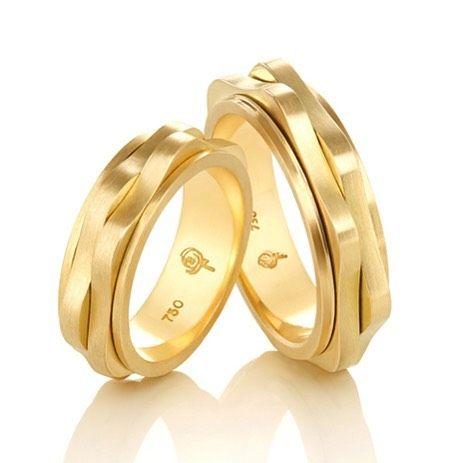 Te ver e não te querer é improvável é impossível... #joiasrenatarose #renatarosedesignerdejoias #joias #amojoias #joalheria #designdejoias #aliancasexclusivas #aliançasrenatarose #alianças #aliançasperfeitas #aliançaspersonalizadas #weddingring #aliançadecasamento #bridestyle #wedding #bride #casamento #noivas #noivos #amor #voucasar #casacomigo #blogdecasamento #groom  #inspiracaodecasamento #inesquecivelcasamento #noivasrj #noivasdobrasil #noivascariocas