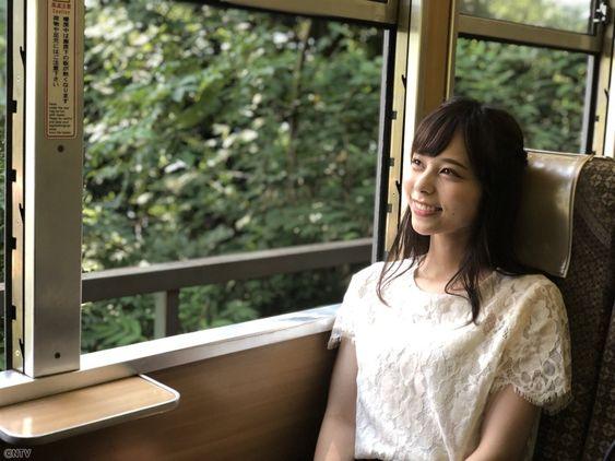 列車に乗る山本萩子アナ