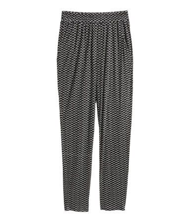 Black/patterned. Pants in soft viscose jersey with a printed pattern and regular, elasticized waistband. Side pockets, dropped gusset, and tapered legs.