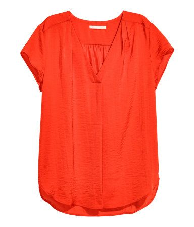 Red. Loose-fit, short-sleeved blouse in crinkled woven fabric with a gathered V-neck at front. Rounded hem.