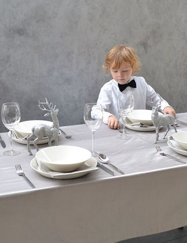 Glitter & glamour kerst tafel met zilveren of gouden tafellaken en servetten   www.cottona.nl      Silver tablecloth - christmas table