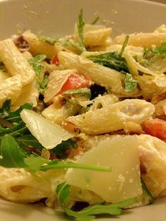 pasta met een romige saus van boursin met tomaat, ui, rucola en knoflook