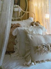 Ann of The Tin Rabbit's beautiful bed.....