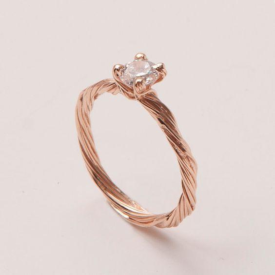 Ein durchscheinender Diamant vervollständigt die Optik des Rings. Jeder andere Steinbesatz ist möglich, kontaktieren sie mich.    Diamant -    Farbe - G  Reinheit - SI1    Wenn sie sich für diesen Ring entscheiden suchen sie wahrscheinlich nach etwas Unverwechselbarem.  Für die Herstellung meiner Verlobungsringe verwende ich nur 100% recyceltes Gold und zertifizierte Diamanten höchster Qualität.  Ich bin mir sicher, dass sie auf der Suche nach dem passenden Ring auf viele sich ähnelnde…
