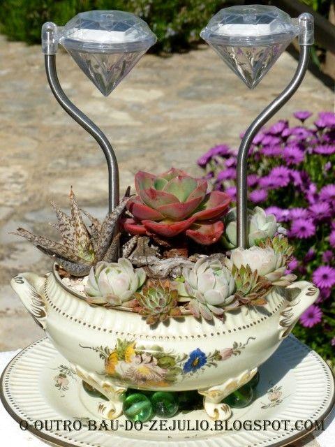 Vaso de suculentas com iluminação solar no jardim da Casa Catita-Algarve