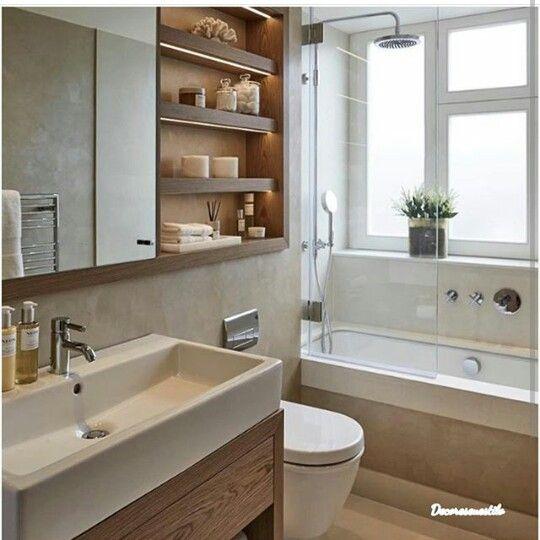 Banheiro pequeno com banheira e chuveiro