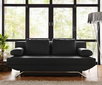 Ein kleines Raumwunder, perfekt für das Gästezimmer: Das schwarze Kunstleder-Sofa mit Bettkasten wird im Handumdrehen zur Schlafgelegenheit.