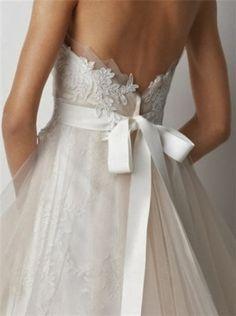 Cuando los detalles importan! El remate en tul y la bucolica lazada realzan el vestido hasta la perfeccion http://ideasparatuboda.wix.com/planeatuboda