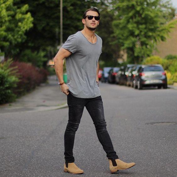 Acheter la tenue sur Lookastic: https://lookastic.fr/mode-homme/tenues/t-shirt-a-col-rond-gris-jean-skinny-noir-bottines-chelsea-en-daim-brunes-claires/21075   — T-shirt à col rond gris  — Jean skinny noir  — Bottines chelsea en daim brunes claires