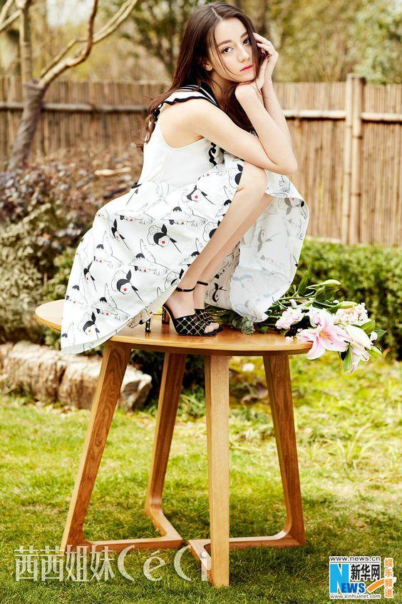 テーブルに座っているディリロバ