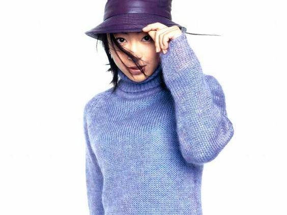 帽子をかぶっている宇多田ヒカル